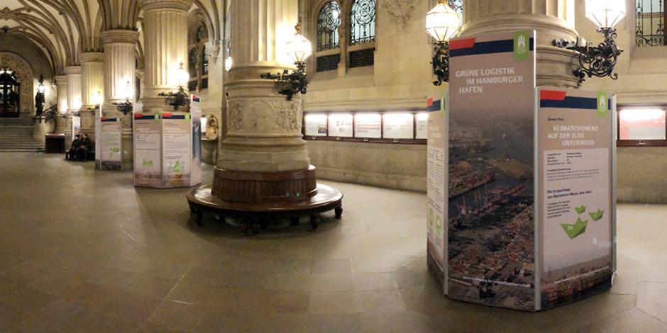 Raumteiler mit individuell bedruckten Stoffbahnen von Erler+Pless Hamburg als mobile Ausstellungswand