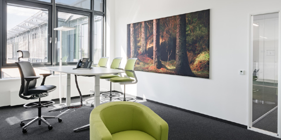 Angenehme Akustik in Büroräumen durch Akustikbilder von Erler+Pless Hamburg © Adrian Schulz