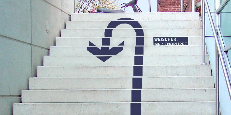 Individuell bedruckte Fussbodenaufkleber von Erler+Pless Hamburg als Wegweiser