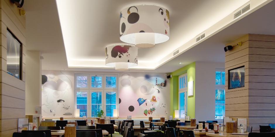 Individuelle Designs für Schweinske Restaurantkette auf klassischen Lampenschirmen von Erler+Pless Hamburg