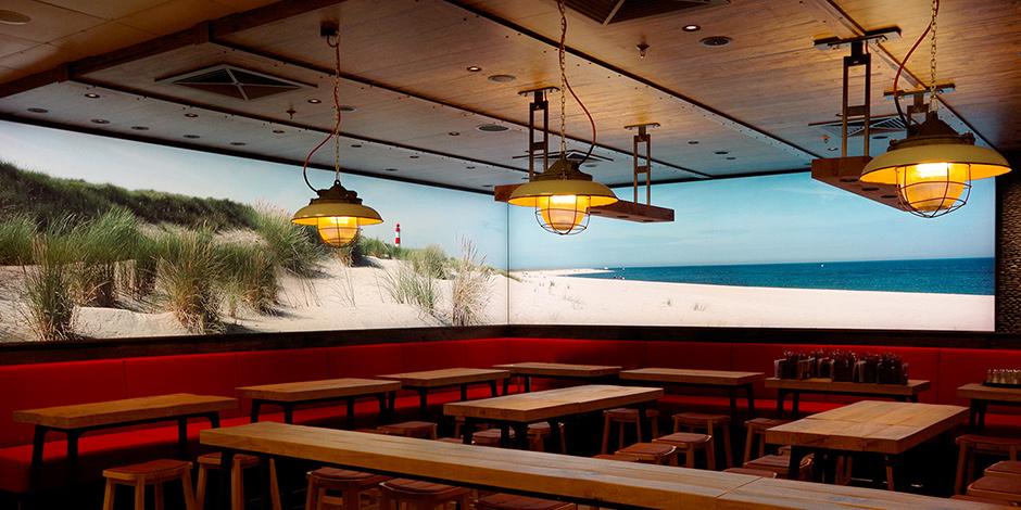 Leuchtkästen von Erler+Pless Hamburg erschaffen ein gemütliches Ambiente im Gosch Restaurant