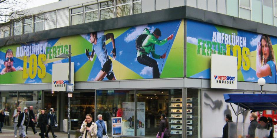 Textilspannrahmen für Intersport im Außenbereich mit Stoffdruck von Erler+Pless Hamburg