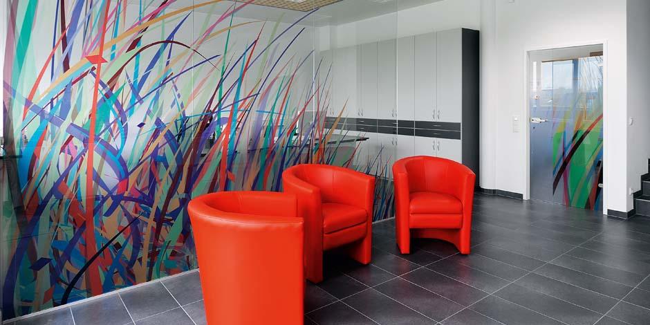 Trennwände und Türen aus Glas bedruckt von Erler+Pless Hamburg mit transparenten Bereichen